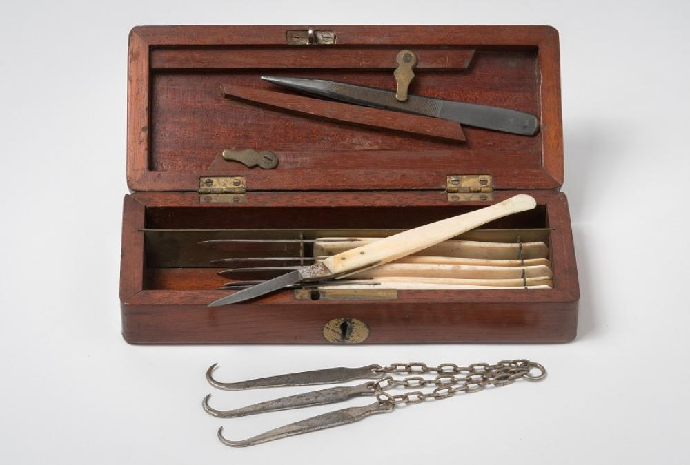 Scalpel set in wooden box